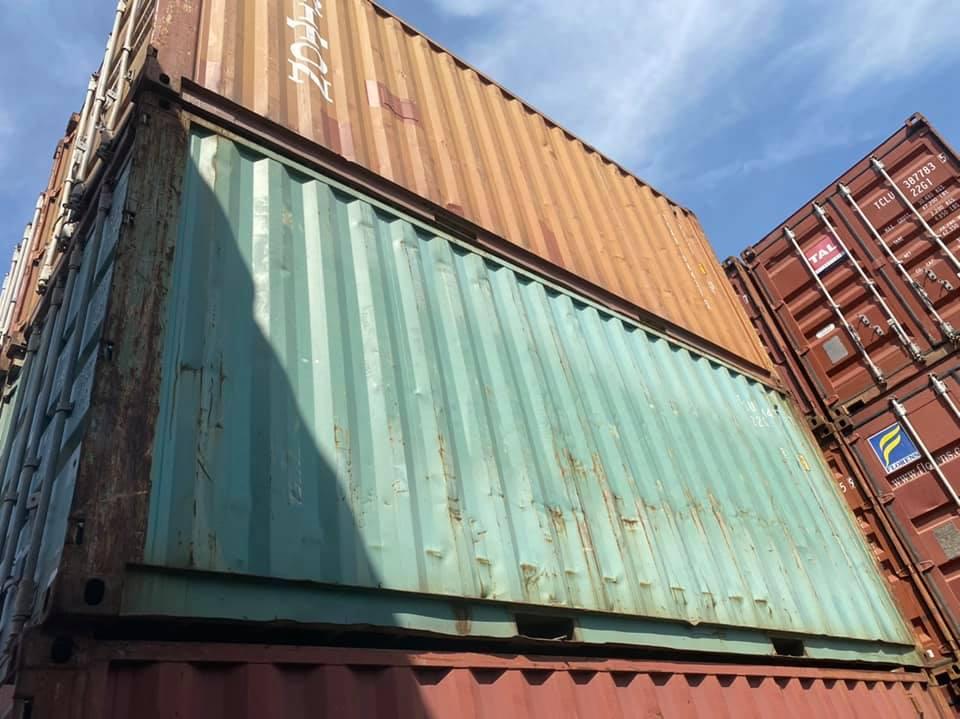 Công việc của mình đôi khi cũng ra cảng lang thang chọn vỏ cont rỗng cho khách như thê này
